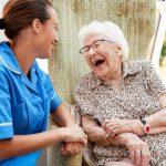 Pflege Daheim GmbH Plauen - Pflegerin kümmert sich um Senio̱rin