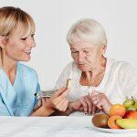 Pflege Daheim GmbH Plauen - Pflegerin hilft Seniorin beim Essen