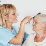 Pflege Daheim GmbH Plauen - Pflegerin kämmt Seniorin die Haare