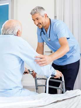 Pflege Daheim GmbH Plauen - Pfleger hilft Senior aus dem Bett