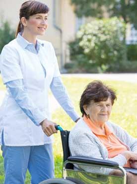 Pflege Daheim GmbH Plauen - Pflegerin mit Seniorin beim Spatziergang