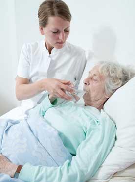 Pflege Daheim GmbH Plauen - Pflegerin hilft Seniorin beim Trinken